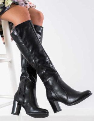 Wysokie czarne błyszczące buty na kolumnie